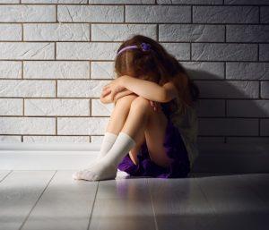 Angst ersetzt keine Erziehung. Überforderte Eltern sehen in der Prügelstrafe die letzte Möglichkeit, der Situation Herr zu werden. Oftmals endet die Szene jedoch in einer Verängstigung, welche die Probleme nicht löst, sondern verschärft. (#2)