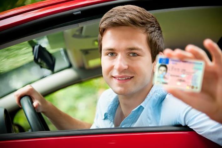 Aufgrund der hohen Verantwortung beim Fahren solch großer Fahrzeuge ist die Gültigkeit des Führerscheins auf fünf Jahre beschränkt. Berufskraftfahrer mit der Klasse C müssen strengen Richtlinien folgen, um nicht mit einer sofortigen Fahrerlaubnisentzug konfrontiert zu werden. (#02)