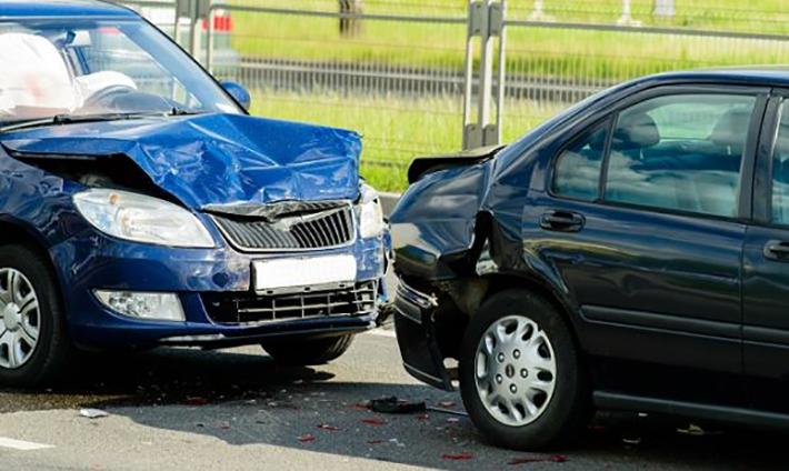 Eine kleine Unaufmerksamkeit im Straßenverkehr kann schnell weitreichende Konsequenzen haben: Es passiert ein Unfall. (#01)