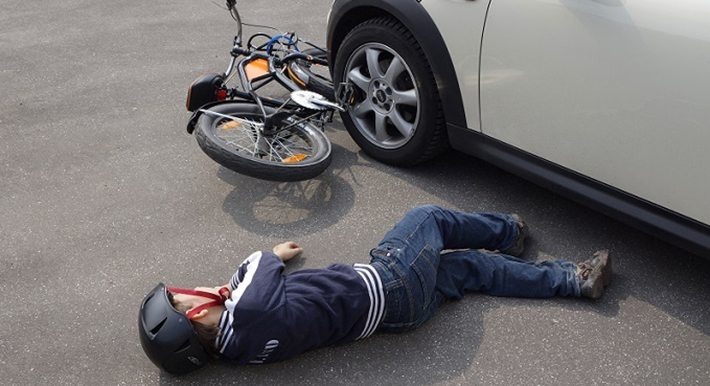 Das Entfernen vom Unfallort ist nur den Personen nicht gestattet, die als Unfallbeteiligte gelten. Hierbei handelt es sich um alle Personen, die einen Verkehrsunfall verursacht oder mitverursacht haben. (#02)