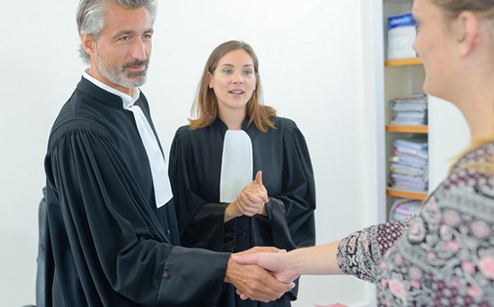 Einige Kanzleien bieten abhängig von den Voraussetzungen eine spezielle Vereinbarung an, die besagt, dass man nur dann das Honorar bezahlen muss, wenn der Erfolgsfall eintritt. Wenn man die Studienplatzklage auf dieser Basis verliert, dann fallen nur die Gerichtskosten an und ggf. die Anwaltskosten der Hochschule. (#03)