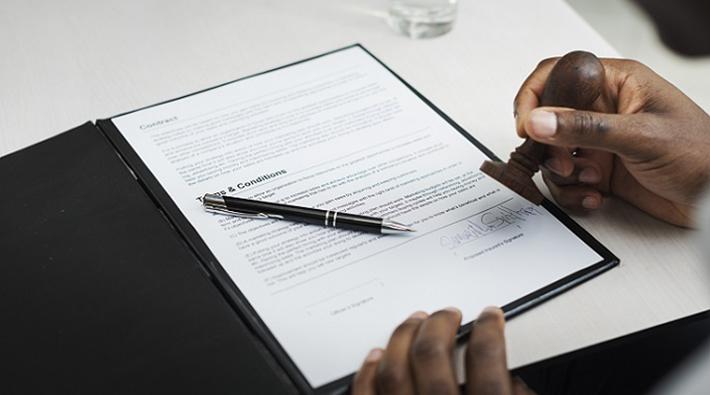 Ausgeschlossen werden vorsätzliche Schäden, wobei grobe Fahrlässigkeit keine Grund für die Leistungsverweigerung der Versicherung ist. Auch Ansprüche zwischen Familienangehörigen werden ausgeschlossen, darüber hinaus die Ansprüche von Personen, die über den gleichen Vertrag versichert sind. (#06)
