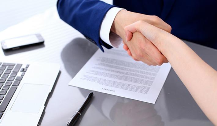 Die Haftpflichtversicherung übernimmt aber nicht nur Zahlung von Leistungen bei berechtigten Forderungen, sondern besitzt auch eine Art passive Rechtschutzfunktion. Die Versicherer überprüfen einen Anspruch und stellen dabei fest, ob dieser eventuell unberechtigt ist und abgewehrt werden muss. (#05)
