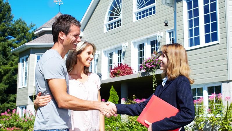 Der Makler hat einen besonders großen Vorteil: Der Immobilienmarkt ist seine Stärke. Das heißt, er weiß genau, was auf diesem gerade passiert und kann sehr gut einschätzen, wie gefragt ein Objekt ist. Zudem hat er meist einen soliden Kundenstamm, sodass er Mietwohnungen schneller vermitteln kann. (#01)