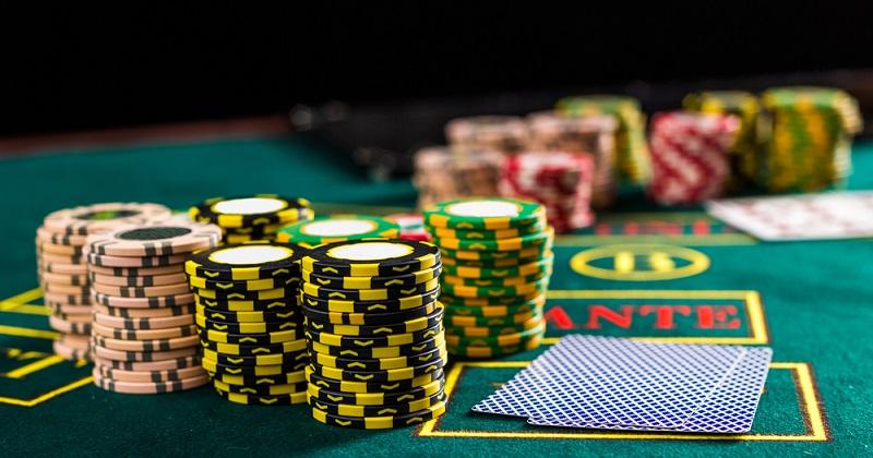 Das weltweit beliebte Kartenspiel Poker fällt ebenfalls unter das Glücksspielverbot, sobald um Geldeinsätze gespielt wird. (#02)