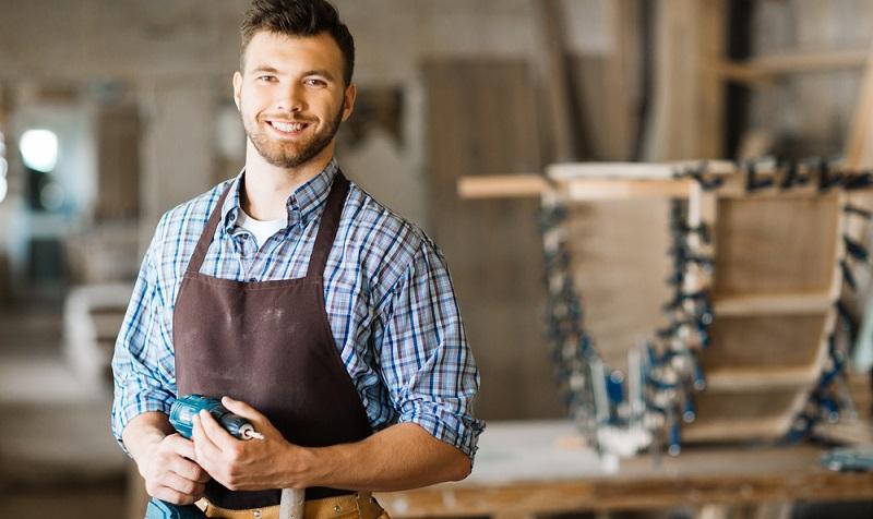 Seit Januar dieses Jahres gilt in Deutschland ein branchenunabhängiger, allgemein gesetzlicher Mindeststundenlohn von 8,84 Euro. Der Mindestlohn wurde in Deutschland – etwas lapidar gesagt – eingeführt, damit ein Arbeitnehmer in Vollbeschäftigung von seinem Gehalt auch überleben kann. (#03)