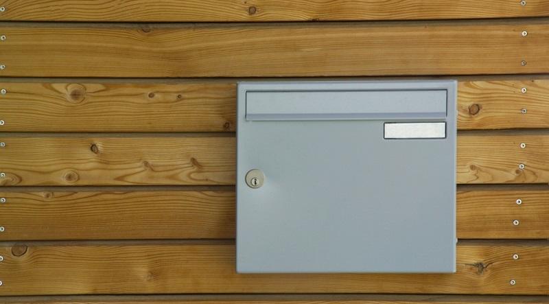 Wer viel Post erhält, weil er zum Beispiel eine Kanzlei oder Praxis im eigenen Haus hat, der sollte einen etwas größeren Briefkasten kaufen. (#02)