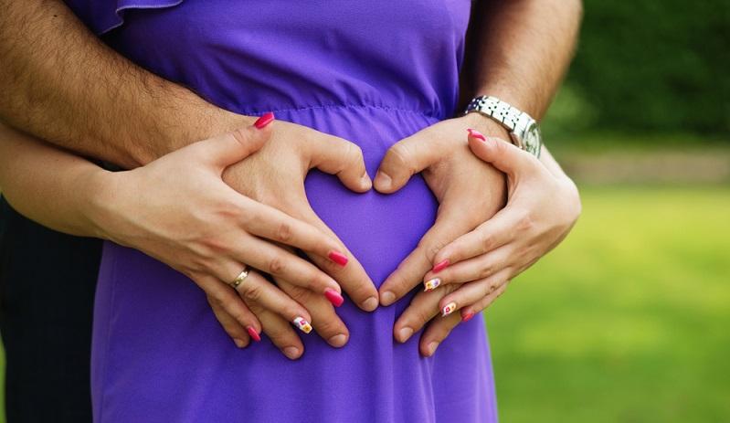 Die In Vitro Fertilisation, also die künstliche Befruchtung im Glas, ist für viele Paare die letzte Hoffnung auf Nachwuchs. Hierzulande ist die künstliche Befruchtung per Eizellenspende verboten. (#01)
