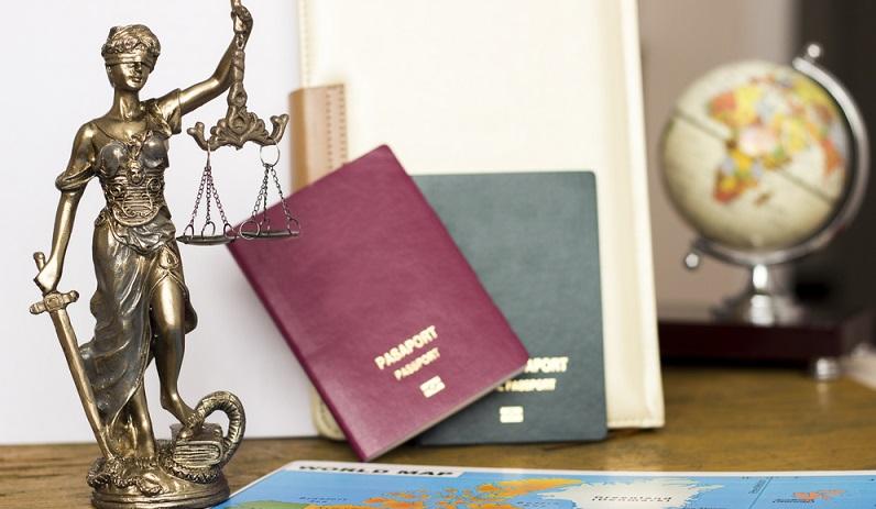 Zudem stellen sich viele die Frage, ob es verpflichtend ist, einen Reisepass zu besitzen. Die klare Antwort hierauf lautet: nein. Nach § 1 PAuswG ist zwar jeder Deutsche über 16 Jahren i.S.d. § 116 Abs. 1 GG dazu verpflichtet, sich jederzeit ausweisen zu können. (#02)