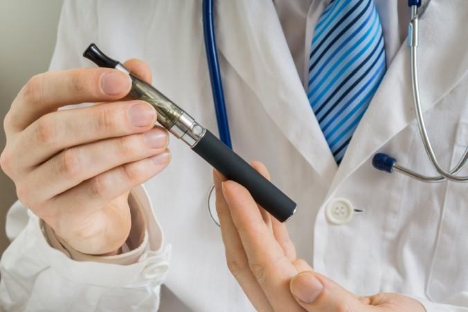 Keinesfalls ist das Dampfen der E-Zigarette gesund, auch wenn das den Verbrauchern gerne eingeredet wird. Inwieweit die E-Zigarette jedoch schädlich ist, darüber gehen die Meinungen auseinander. (#1)