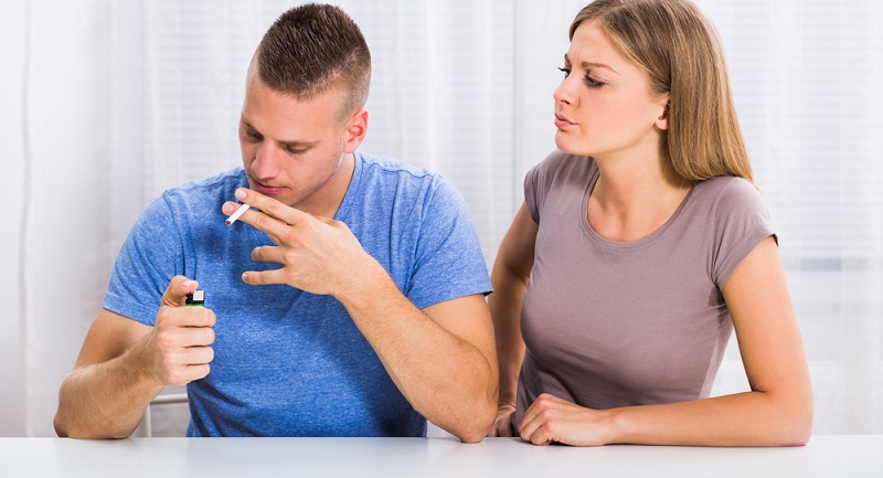 Wer auf seine Zigaretten nicht verzichten kann und möchte, der sollte nach Möglichkeit Rücksicht auf seine Mitmenschen nehmen. (#02)