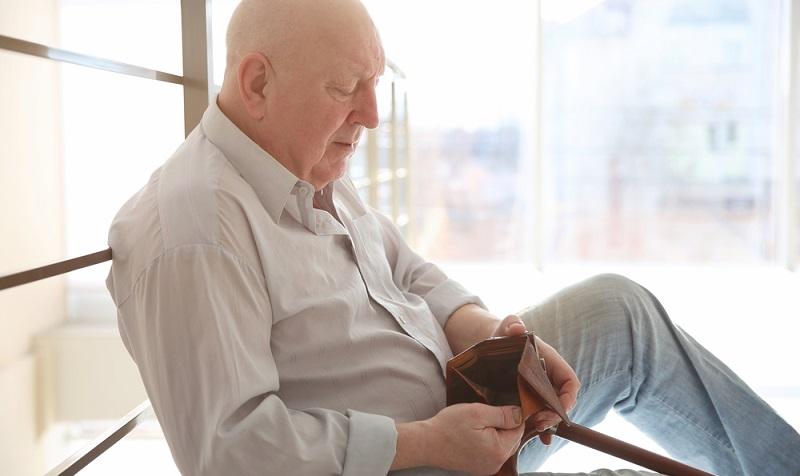 Um die Grundsicherung im Alter, statt einer Sozialhilfe für Rentner zu bekommen, muss man zunächst die Altersgrenze erreicht haben. Diese ist gestaffelt, da es in den letzten Jahren eine Änderung gab. (#01)