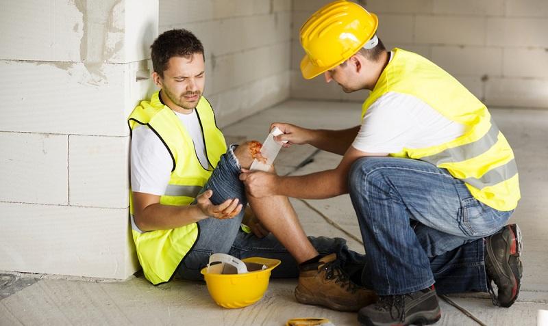 Ein Arbeitsunfall ist ein Unfall, der innerhalb der von der Versicherung abgedeckten Tätigkeit aufgetreten ist. (#01)