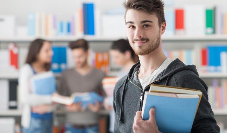 Die Frage, wie sich der Studienplatz einklagen lässt, geht oft mit weiteren Problemstellungen einher. Trotzdem möchten sich die jungen Menschen, die gerade ihr Abitur absolviert haben, nicht gleich abschrecken lassen. (#03)