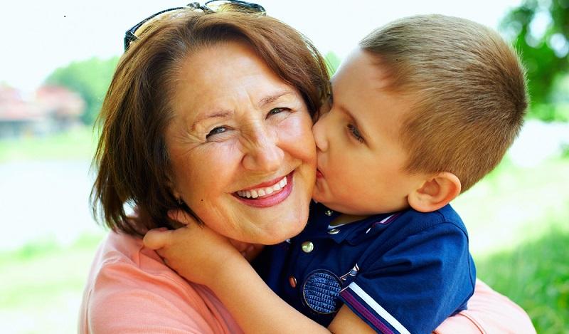 Neben dem Umgangsrecht gibt es noch einige andere wichtige Regelungen für Großeltern. Allerdings steht ihnen im Normalfall das Recht zu, die Enkelkinder jederzeit zu sehen. (#03)