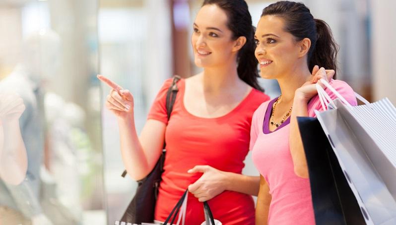 Auf den ersten Blick scheinen die Verkaufssonntage viele Vorteile zu bringen: Die Leute freuen sich darüber, ein Fest zu besuchen und gleichzeitig einkaufen zu können. (#03)