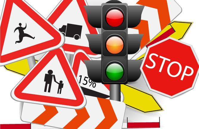 Gerade auf Parkplätzen von Unternehmen, Verwaltungsbehörden oder auch Supermärkten hängt gern das Schild, das besagt, dass dort die StVO gelte. (#01)