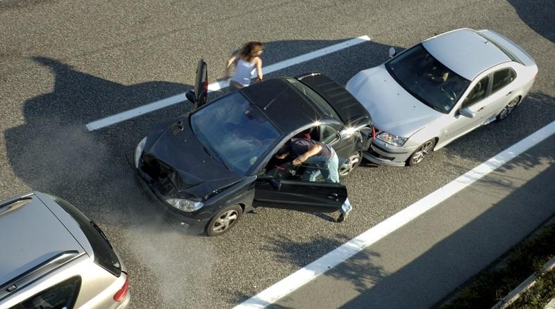 Wann kam dieser Mythos eigentlich auf? Er scheint so alt zu sein wie der Führerschein selbst – und ist doch so falsch! Die meisten Menschen gehen einfach davon aus, dass derjenige, der einem anderen Verkehrsteilnehmer auffährt, die Schuld an dem Unfall haben muss. (#03)