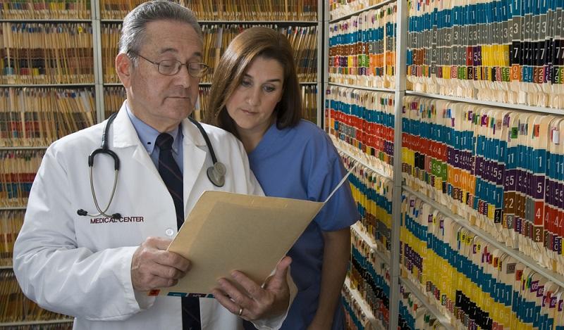 Akten vernichten: Bezüglich der datenschutzkonformen Vernichtung von Patientenakten werden die Datenschutzbeauftragten fachlich und praktisch unterstützt. (#03)