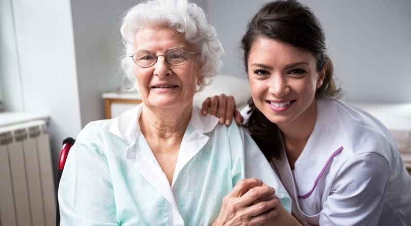 In einem Pflegeheim werden die Senioren und Pflegebedürftigen ebenfalls gut betreut und stehen unter einer etwas umfassenderen Überwachung. (#02)