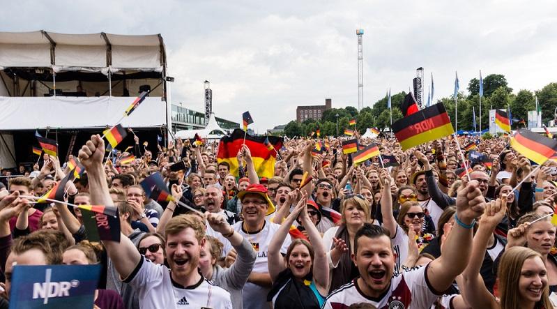Für viele Fans gehören die Public Viewing Events zu den absoluten Highlights einer Fußball WM. Doch auch dabei müssen selbstverständlich Regeln beachtet werden. (#02)