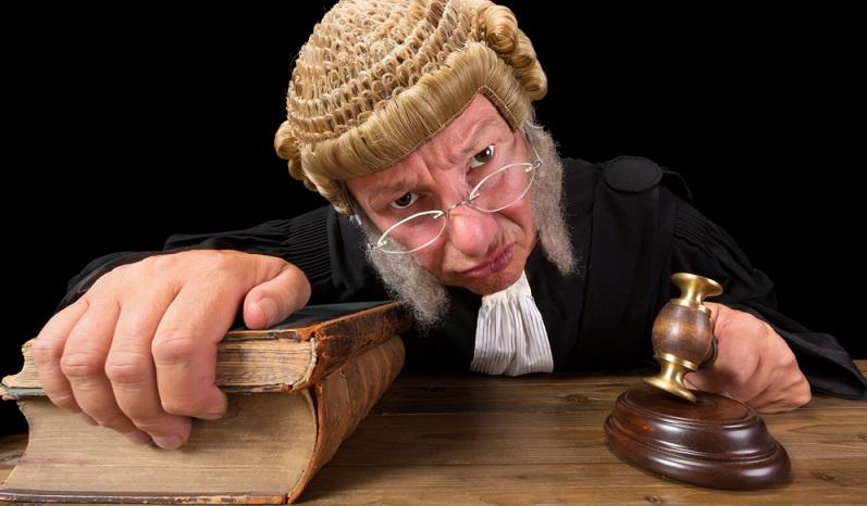 Richter fällen ihre Urteile auf Basis der geltenden Rechtsnormen. Da diese sehr oft abstrakt formuliert sind, ermöglichen sie dem Richter einen Ermessens- und Interpretationsspielraum.