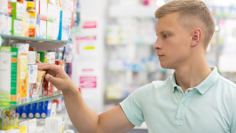 Oftmals herrscht bei Patienten Verwirrung über die Begriffe Rezeptpflicht und Apothekenpflicht. Letzterer besagt, dass die Medikamente generell ohne Rezept verkauft werden dürfen, aber nur in Apotheken erhältlich sind.