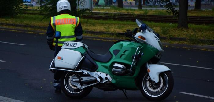 Berliner Polizei: Die Motorrad-Polizei ist aufmerksam auf der Autobahn (Foto: shutterstock - Adrian Jurczak)