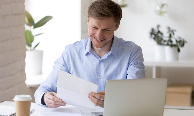 Wenn ein Bankkunde über ein geregeltes, ausreichend hohes Einkommen verfügt, gibt es dennoch die Möglichkeit, einen Kredit zu erhalten.  ( Foto: Shutterstock- fizkes)
