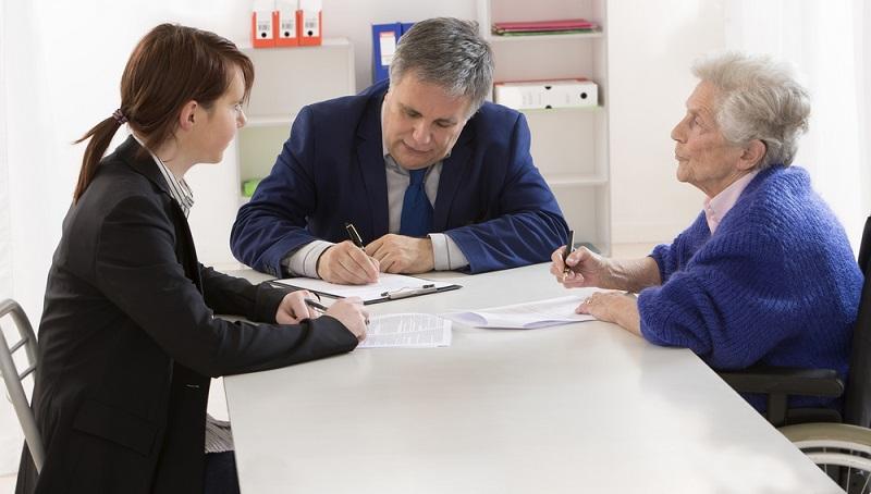 Die Aufgaben für den gesetzlichen Betreuer werden durch das Gericht klar definiert. Es kann also sein, dass er gar nicht über die Vermögenswerte des Betreuten entscheiden darf oder keine Erlaubnis hat, medizinische Entscheidungen zu treffen. ( Foto: Shutterstock- _JPC-PROD  )