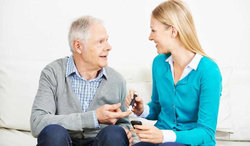 Damit kein Berufsbetreuer eingesetzt wird, wenn der Ernstfall eintritt, kann eine <strong>Betreuungsverfügung</strong> gemacht werden.  ( Foto: Shutterstock- Robert Kneschke )
