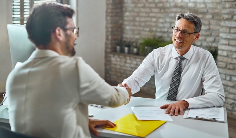 Ein Arbeitsvermittler sollte Jobsuchende umfassend beraten und sich genügend Zeit nehmen. ( Foto: Shutterstock-_Drazen Zigic )